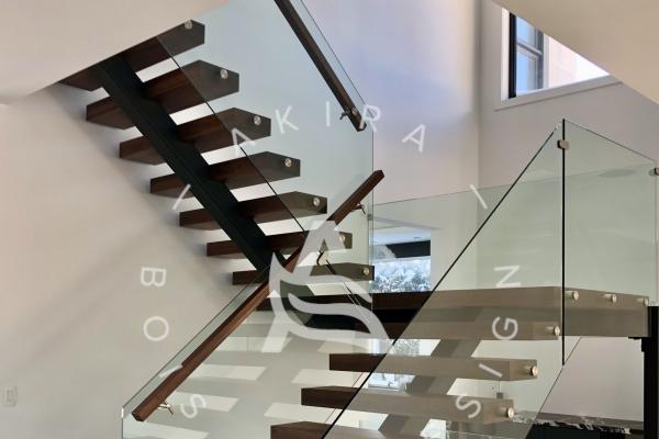 escalier-sur-mesure-limon-central-hss-acier-noir-double-joint-mecanique-palier-marche-rampe-bois-noyer-garde-corps-verre-etage-akira-logo-1EE77C817-F711-EBE7-93A9-79EE8D635BFE.jpg