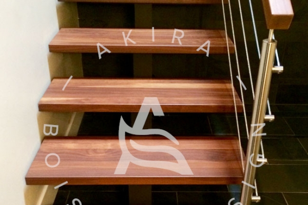escalier-limon-centrale-hss-rampe-bois-noyer-poteaux-inox-cable-acier-akira-logo-4F34800EB-B81F-3B75-0E98-E2417A936A5C.jpg