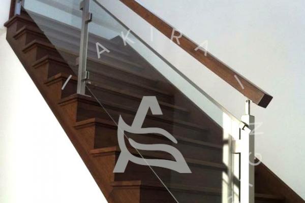escalier-sur-mesure-en-bois-rampe-garde-corps-verre-poteaux-acier-inoxydable-akira-logo1070F5C6-FD4A-5C95-93F1-FA22A34BF751.jpg