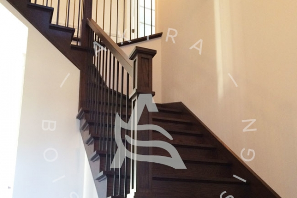 escalier-sur-mesure-laurentides-chene-blanc-poteaux-bois-rampe-barreaux-acier-akira-logoD4676A84-62D8-4997-AB07-8AA16B68F171.jpg