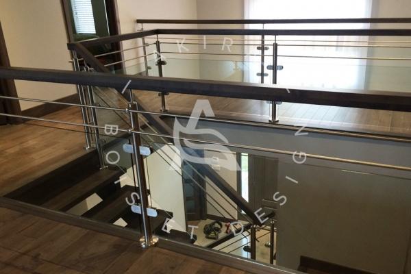 escalier-sur-mesure-laurentides-erable-limon-bois-rampe-inox-grade-corps-verre-akira-logo-357E48A67-9030-9E4A-FBA2-A1BA100E3D3C.jpg