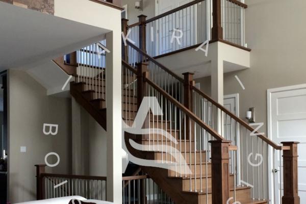 escalier-sur-mesure-laurentides-erable-rampe-poteaux-bois-tiges-acier-akira-logo-2302C9000-3388-5988-ACA9-068894889E6C.jpg