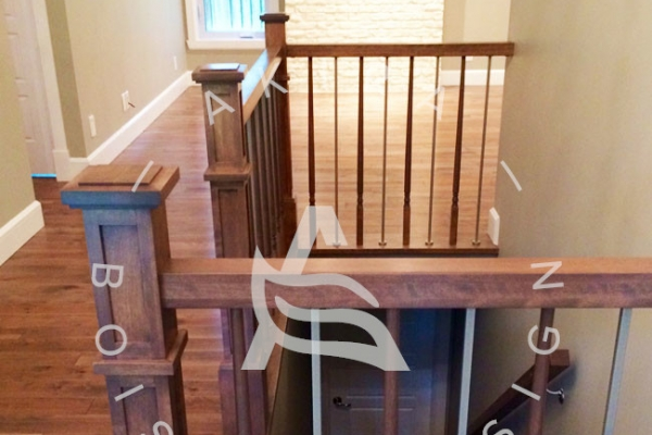 escalier-sur-mesure-laurentides-merisier-poteaux-barreaux-bois-acier-akira-logo-2CE23BE2D-4BDB-EA1C-B1EE-34796395E335.jpg